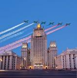 俄罗斯联邦的外交部和俄国军用飞机在形成,莫斯科,俄罗斯飞行 免版税库存图片