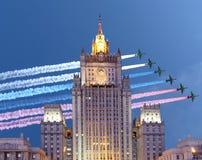 俄罗斯联邦的外交部和俄国军用飞机在形成,莫斯科,俄罗斯飞行 库存照片