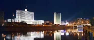 俄罗斯联邦的政府大厦的夜视图在莫斯科河的 免版税库存照片