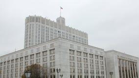 俄罗斯联邦的政府的议院在多云秋天天 股票视频