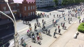 俄罗斯联邦,巴什科尔托斯坦共和国,乌法Respublic  2019?5? 全部骑自行车者骑循环的自行车,由城市街道实验装置的自行车游行 股票录像