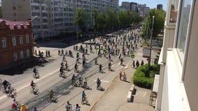 俄罗斯联邦,巴什科尔托斯坦共和国,乌法Respublic  2019?5? 全部骑自行车者骑循环的自行车,由城市街道实验装置的自行车游行 股票视频