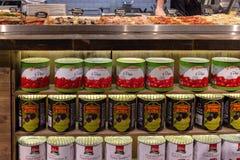 俄罗斯联邦 r 28 03 2019? 杂货环球 有西红柿酱和橄榄的锡罐 免版税库存图片