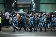 俄罗斯莫斯科:在人中的暴乱警察官员 库存照片