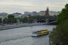 俄罗斯莫斯科2017年 05 20 :船,在莫斯科河的小船在晚上,在克里姆林宫的背景 免版税库存图片