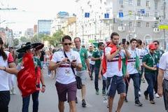 俄罗斯顿河畔罗斯托夫6月23日2018扇动3月到比赛的体育场罗斯托夫竞技场在墨西哥和韩国之间 免版税库存照片