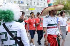 俄罗斯顿河畔罗斯托夫6月23日2018扇动3月到比赛的体育场罗斯托夫竞技场在墨西哥和韩国之间 库存图片