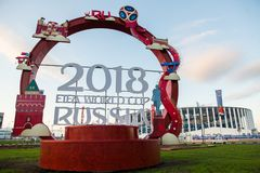 俄罗斯,下诺夫哥罗德- 2018年6月13日:题字被计时对2018年世界杯足球赛以体育场为背景 库存图片