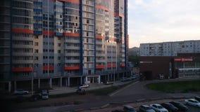 俄罗斯,克拉斯诺亚尔斯克2016年7月15日 多公寓房子在城市克拉斯诺亚尔斯克 库存图片
