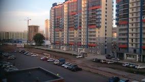 俄罗斯,克拉斯诺亚尔斯克2016年7月15日 多家庭房子在城市克拉斯诺亚尔斯克 库存照片