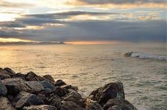 俄罗斯,克拉斯诺达尔地区, Dzhubga,在黑海的日出在10月 免版税库存照片