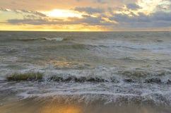 俄罗斯,克拉斯诺达尔地区, Dzhubga,在黑海的日落在10月 免版税库存照片