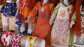 俄罗斯,利佩茨克州,2018年6月16日 小珠镯子和手工制造玩偶在斯拉夫的文化市场 股票视频