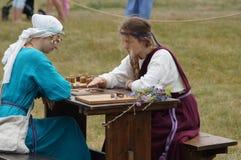 俄罗斯,卡卢加州地区, DZERZHINSKY区, DVORTSY - 2018年7月14日:在1480年军事行动的重建 女孩戏剧蟒蛇 库存照片