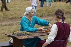 俄罗斯,卡卢加州地区, DZERZHINSKY区, DVORTSY - 2018年7月14日:在1480年军事行动的重建 女孩戏剧蟒蛇 免版税库存图片
