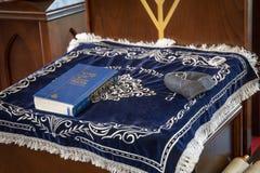 俄罗斯,卡卢加州-大约2018年8月:里面犹太教堂与书在停留演出地 库存照片