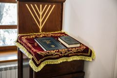 俄罗斯,卡卢加州-大约2018年8月:里面犹太教堂与摩西五经书在停留演出地 免版税库存照片
