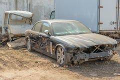 俄罗斯,喀山- 2019年4月20日:被放弃的黑捷豹汽车 免版税库存照片