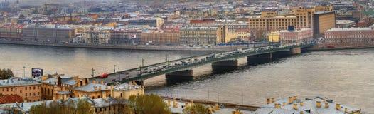 俄罗斯,圣彼得堡,在内娃riv的一座吊桥 免版税库存图片