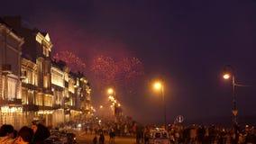 俄罗斯,圣彼得堡, 2017年6月22日 惊人的明亮的烟花爆炸和火花在夜空在圣徒 影视素材