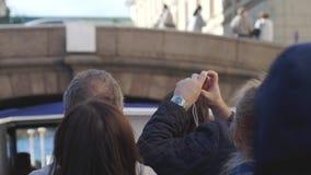 俄罗斯,圣彼得堡, 2017年6月21日 游人和旅客做河沿St河和运河走 影视素材