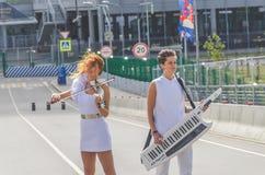俄罗斯,圣彼德堡,两6月20日, 2018年-女孩街道musicia 免版税库存照片