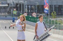 俄罗斯,圣彼德堡,两6月20日, 2018年-女孩街道musicia 库存图片
