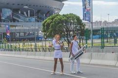 俄罗斯,圣彼德堡,两6月20日, 2018年-女孩街道musicia 免版税图库摄影