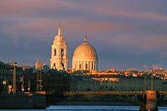 俄罗斯,圣彼德堡,圣凯瑟琳教会的圆顶在日出的 免版税库存照片