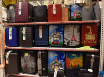 俄罗斯,圣彼德堡,在大supermar的22,07,2017个手提箱 免版税库存照片