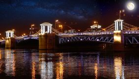 俄罗斯,圣彼德堡,在晚上,宫殿桥梁,夜照明 库存图片