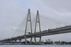 俄罗斯,圣彼德堡,在河的大缆绳被停留的桥梁 库存照片