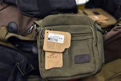 俄罗斯,圣彼德堡,在肩膀的10,09,2017个人的袋子 免版税库存照片
