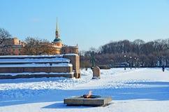 俄罗斯,圣彼德堡,在Marsovo波兰人的永恒火焰在冬天 库存照片