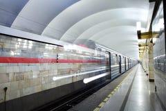 俄罗斯,圣彼德堡,地铁车站火车从地铁离去 库存图片