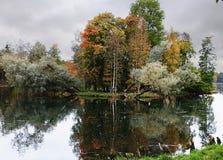 俄罗斯,圣彼德堡,秋天在Gatchina公园 免版税库存图片