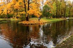 俄罗斯,圣彼德堡,秋天在Gatchina公园 库存图片