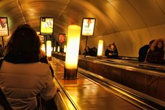 俄罗斯,圣彼德堡,自动扶梯的27,01,2013位乘客我 免版税库存图片