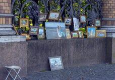 俄罗斯,圣彼德堡,艺术家23,09,2017工作在销售中的在t 免版税图库摄影
