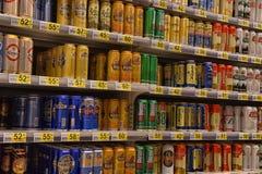 俄罗斯,圣彼德堡, 15,08,2017啤酒在supermar的银行中 库存图片