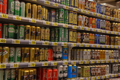 俄罗斯,圣彼德堡, 15,08,2017啤酒在supermar的银行中 免版税图库摄影