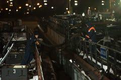 俄罗斯,圣彼德堡,11 01 2019年:在油槽的工作在圣彼德堡港  免版税库存照片
