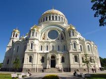 俄罗斯,圣彼德堡, 2017年7月12日,在照片Nikolsky海大教堂里在Kronstadt 库存照片
