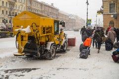俄罗斯,圣彼德堡, 2016年11月:在市中心有在期间的积雪的清除降雪 免版税库存照片