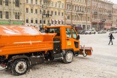 俄罗斯,圣彼德堡, 2016年11月:在市中心有在期间的积雪的清除降雪 免版税库存图片