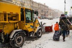 俄罗斯,圣彼德堡, 2016年11月:在市中心有在期间的积雪的清除降雪 免版税图库摄影