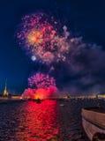俄罗斯,圣彼德堡, 07/30/2012欢乐致敬对天  免版税库存照片