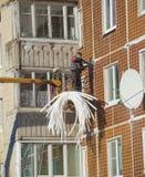俄罗斯,圣彼德堡, Nikolsky 2017年2月14日雇员是房子的被绝缘的缝 免版税库存图片