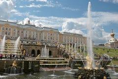 俄罗斯,圣彼德堡, Peterhof, 2018年7月4日,在照片上部公园的著名喷泉 库存图片