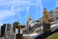 俄罗斯,圣彼德堡, Peterhof, 2018年7月4日,在照片上部公园的著名喷泉 库存照片